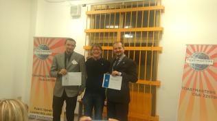 Il vincitore della gara di Speech Umoristico Angelo e il secondo classificato Fabrizio premiati da Keith